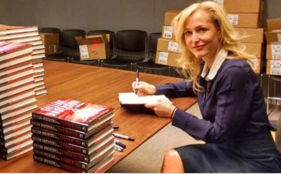 Gillian Anderson signs books at Simon via Twitter