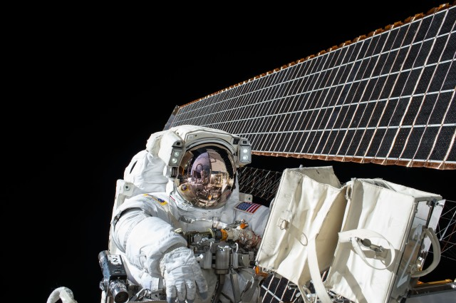 scott-kelly-spacewalk-nasa
